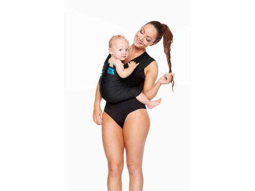 Kvinna med barn i bärsjal anpassad för vatten