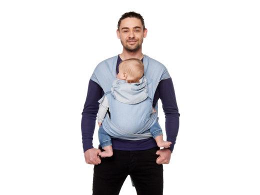Man som bär ett barn i en meitai deluxe